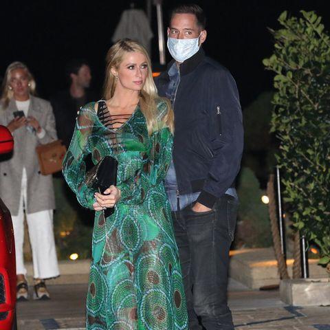 Paris Hilton und ihr Verlobter Carter Reum dürften auf Wolke Sieben schweben: Erst vor wenigen Wochen machte der Unternehmer Paris auf einer Privatinsel einen Heiratsantrag. Zur Date-Night darf derriesige Diamant-Klunker natürlich nicht fehlen. Die Millionen-Erbin trägt ihn zu einem bodenlangen, schimmernden und semitransparenten Kleid in den Farben grün und schwarz. Valentino Ruckstud Pumps und eine Clutch des DesignersPhilipp Plein vervollständigen den Date-Look der 40-Jährigen. Carter hingegen kleidet sich eine Spur legerer: In Jeans, Bomberjacke, Karo-Hemd und weißen Sneakern wirkt es fast so, als hätte das Paar in Sachen Outfit aneinander vorbei gesprochen.
