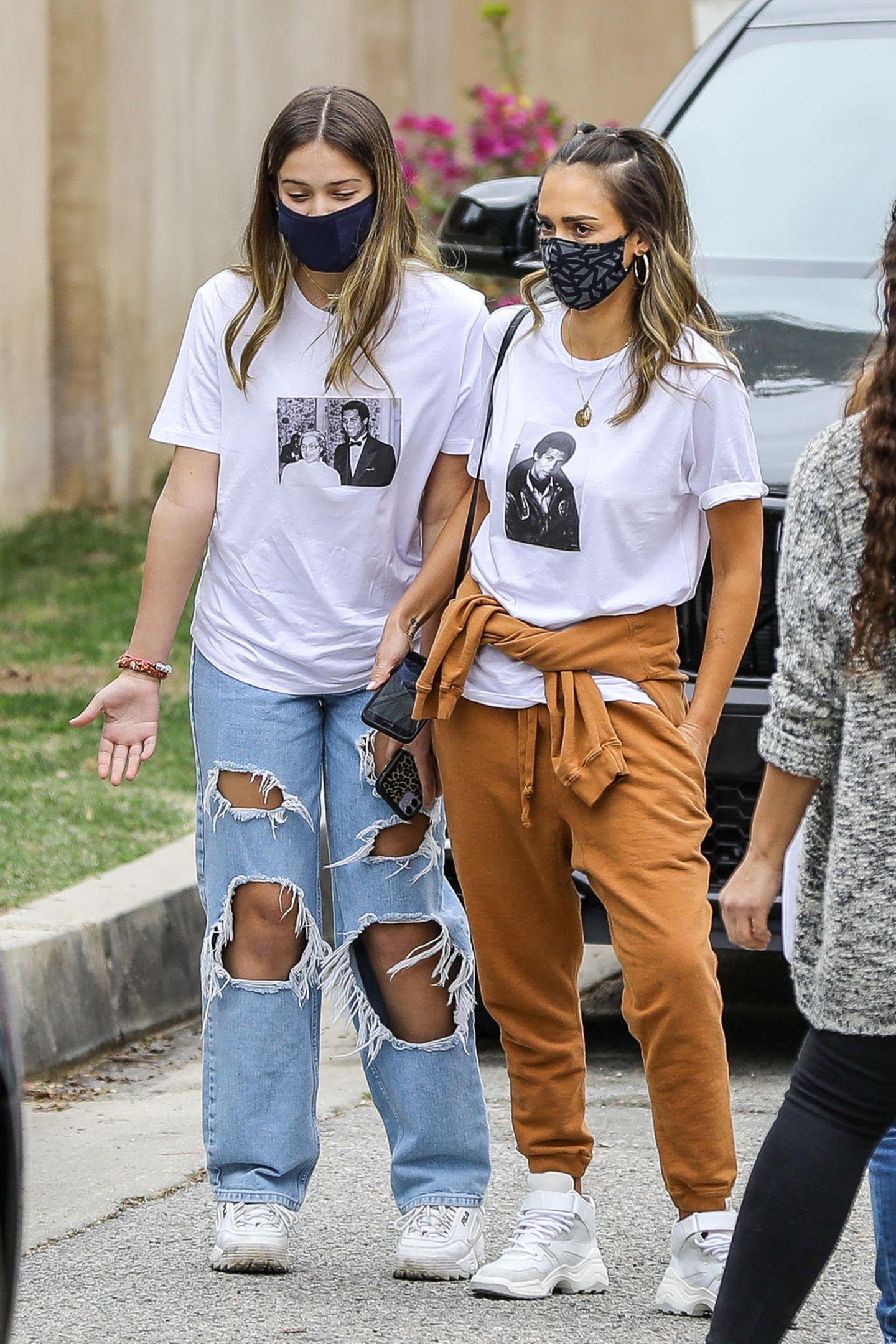 Moment: Hätten Sie es für möglich gehalten, dass zwischen diesen beiden Frauen ein Altersunterschied von 27 Jahren liegt? Wir nicht. Denn die 12-jährige Honor ist nicht nur ein Stück größer als ihre Mama Jessica Alba, sie sieht ihr auch zum Verwechseln ähnlich. Der Partnerlook von Mutter und Tochter untermalt nur noch mehr, wie ähnlich sich die Beiden doch sind. In lässigen Print-Shirts,weiten Hosen und weißen Sneakern schlendern sie durch Beverly Hills.