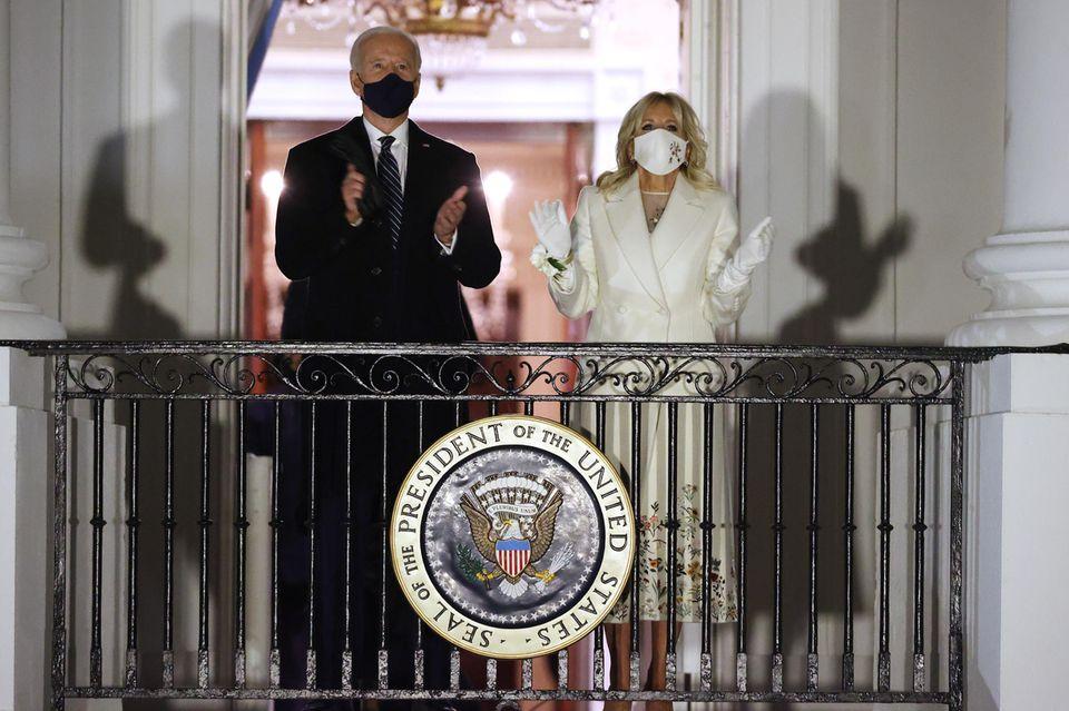Was für ein bedeutungsvoller Moment: An der Seite ihres Mannes Joe Biden applaudiert Dr. Jill Biden auf dem Balkon des Weißen Hauses der wartenden Menge in Washington.