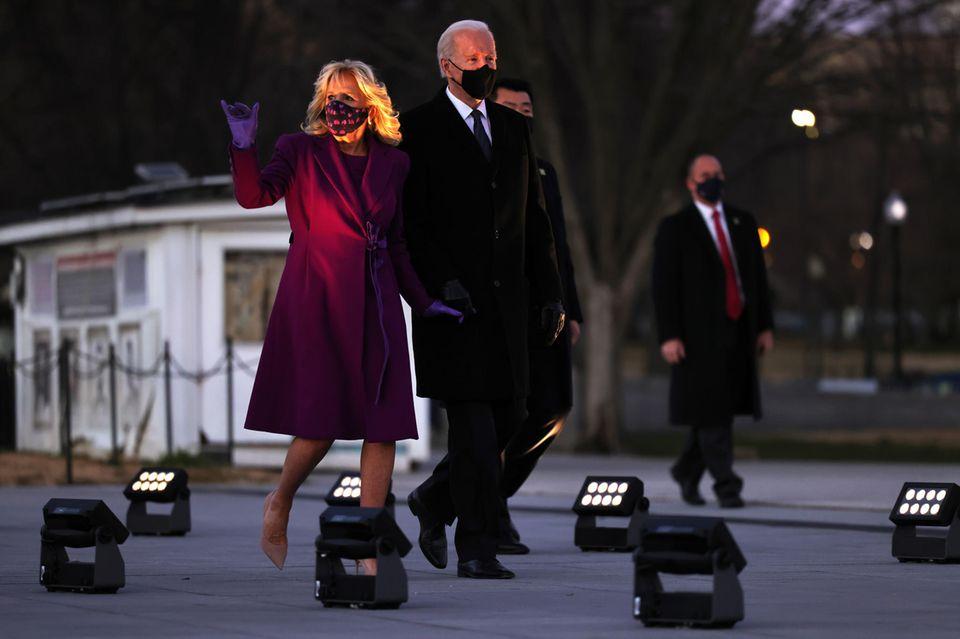 Zum Gottesdienst am Vorabend der Amtsübergabe trägt Jill Biden ein lilafarbenes Paar Lederhandschuhe vonWing&Weft.