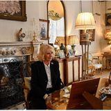 Herzogin Camilla hat sich ihr Home Office im Clarence House stilvoll mit zahlreichen Antiquitäten und hellen, warmen Creme-Tönen eingerichtet. So macht das konzentrierte Bildschirmstarren doch gleich mehr Spaß.