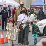 """März 2021  In der einen Hand die Kids, in der anderen die Einkäufe: Lässig schlendern Ashton Kutcher und Mila Kunis gewohnt bodenständig als Familie über den """"Farmers Market"""" in Los Angeles."""