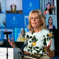 """Am Tag nach der Ausstrahlung des Interviews, dem Weltfrauentag, hält First Lady Dr. Jill Biden eine flammende Rede bei der Preisverleihung von """"International Women of Courage"""". Nachdem Meghan von einer Sprecherin des Weißen Haus im Namen von Joe Biden für ihren Mut gelobt wurde, bezieht auch seine Frau modisch Stellung: Sie trägt ein Kleid aus der gleichen Kollektion von Oscar de la Renta und teilt so nicht nur viele von Meghans Ansichten, sondern auch den Modegeschmack."""