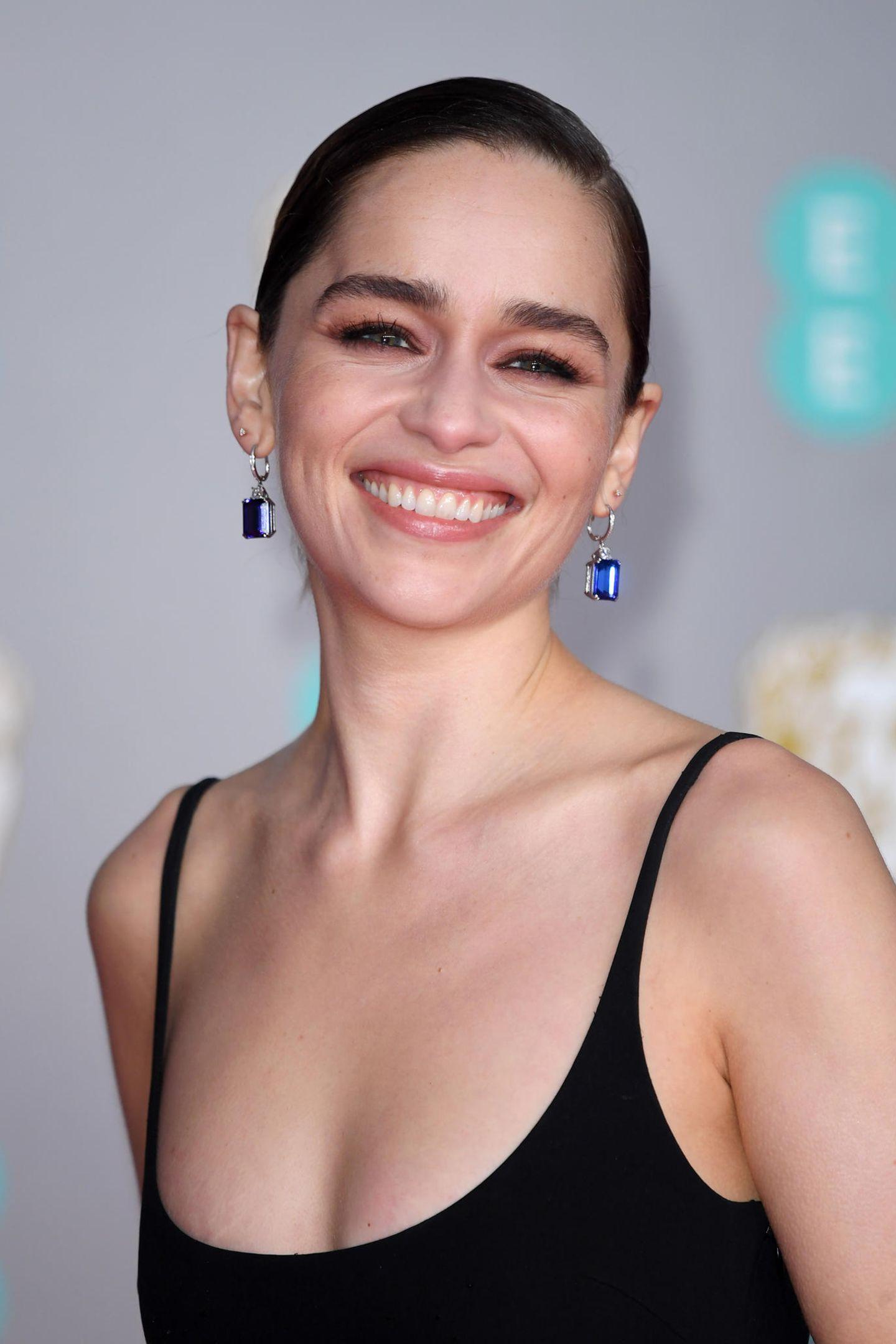 """Die """"Game of Thrones""""-Darstellerin Emilia Clarke sprichtmit der britischen """"Elle"""" über ihre Einstellung zum Altern in Hollywood. Für die Schauspielerin kämenBotox & Co. nicht in Frage, erklärtsie und berichtetweiter von einem einschneidenden Erlebnis:""""Ich hatte einmal eine Kosmetikerin, die mir sagte, ich bräuchte Filler und ich habe ihr die Tür gezeigt. Ich habe nur gesagt: 'Raus hier'"""", erzählte der """"Last Christmas""""-Star dem Magazin. Zu diesem Zeitpunkt sei Emilia28 Jahre alt gewesen."""