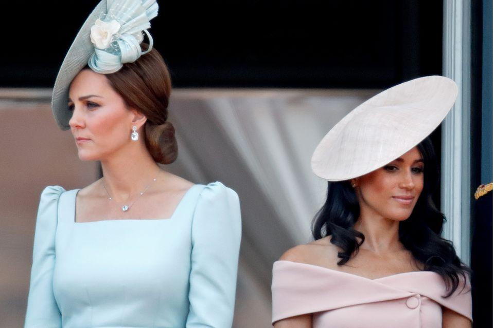 """Herzogin Catherine und Herzogin Meghan, hier im Juni 2018 bei """"Trooping the Colour"""" in London, haben beide in die Royal Family eingeheiratet. Mit dem Leben am Hof könnten sie doch nicht unterschiedlicher zurecht kommen."""
