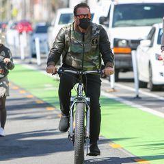 Zu den Lieblingshobbys des Schauspielers gehören Fahrradtouren durch das sonnige Los Angeles. Diesmal wagt sich Arnold Schwarzenegger im Camouflage-Look und verspiegelter Sonnenbrille auf die Radwege Hollywoods.