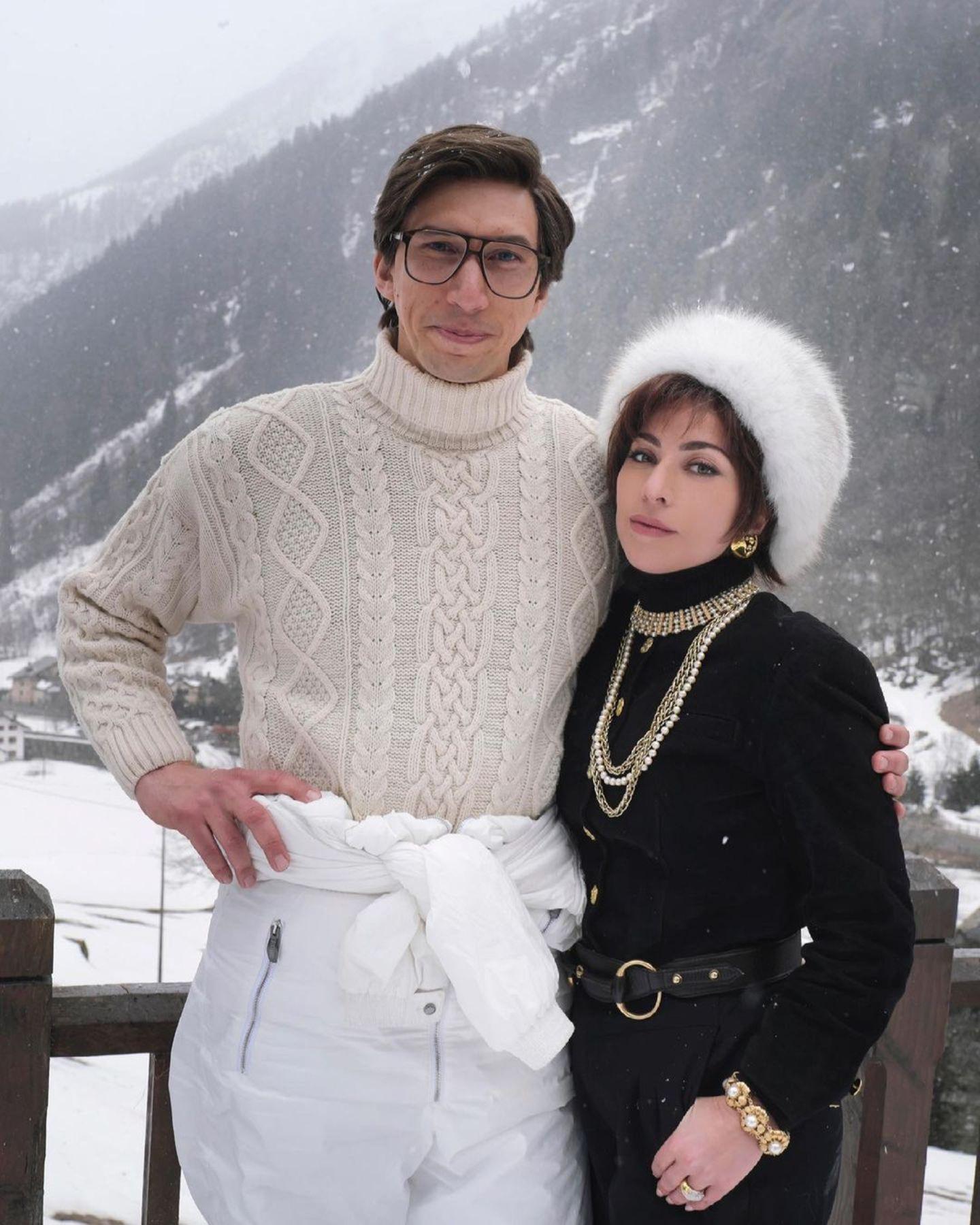 """Dürfen wir vorstellen: Signore und Signora Gucci. Aktuell stehen Adam Driver und Lady Gaga für den Film """"House of Gucci"""" vor der Kamera. Und diese opulenten Looks machen uns jetzt schon Lust auf den Film über das ikonische italienische Modehaus."""