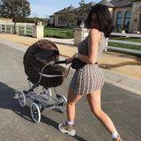 Kylie Jenner und Töchterchen Stormi lieben nicht nur Luxus, sondern auch stylische Partnerlooks. Mit dem Luxus-Kinderwagen von Fendi sind beide einverstanden.