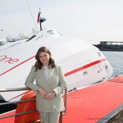 Camille Gottlieb, die Tochter von Stéphanie, tauft im Hafen von Monaco einen Katamaran. Für diesen Anlass wählt sie einen schicken Zweiteiler in zartem Salbeigrün. Mit einem weißen T-Shirt und filigranem Goldschmuck zeigt sie sich gewohnt stilsicher.