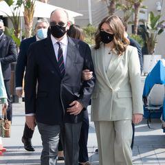 Sie erscheint am Arm von Fürst Albert. Zu ihrem Anzug trägt sie coole Sneaker, die den Look zusätzlich modern machen.