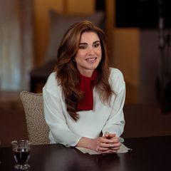 Königin Rania beherrscht sie im Schlaf, die Fashion-Tricks der Royals. Wenn bestimmte Kleidungsstücke nicht zu einhundert Prozent dem Anlass entsprechen, weiß sie sich zu helfen. So trägt sie die weiße Bluse des Labels Marni kurzerhand etwas anders, als der eigentliche Entwurf es vorgibt: Die rote Schluppe trägt das jordanische Königsoberhaupt nicht, wie eigentlich gedacht auf dem Rücken, sondern vorne zu einem Halstuch gebunden. Übrigens: Die Bluse einfach andersherum zu tragen, ist ein Trick, den auch Herzogin Catherine bereits angewendet hat.