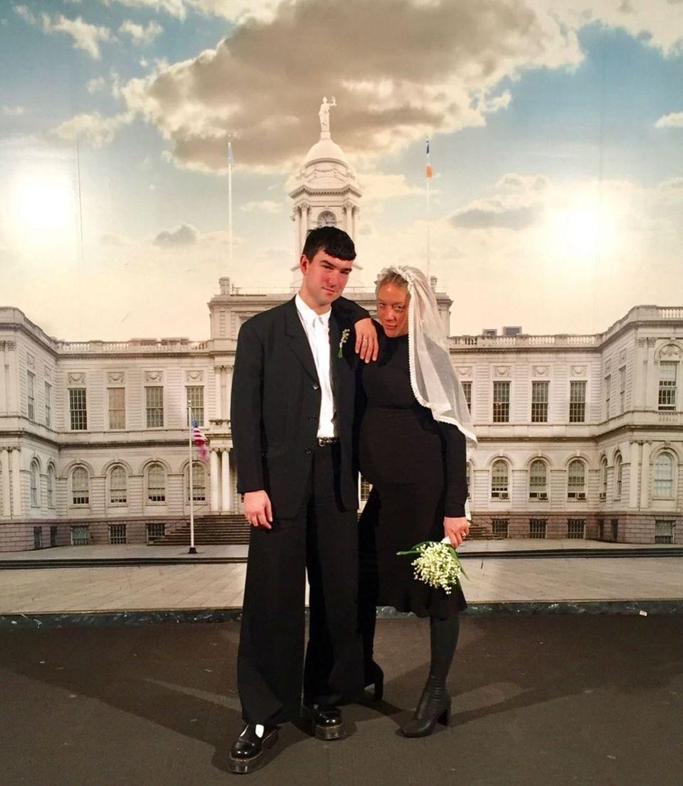 Überraschung, Chloe Sevigny hat geheiratet – und zwar schon vor genau einem Jahr! Das verriet sie nun mit diesem Throwback-Foto auf Instagram.Dabei fällt besonders der ungewöhnliche Look der Braut auf: Schwarzes Jerseykleid, schwarze Strumpfhose, schwarze Boots.