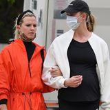 Im November 2020 hat Karlie Kloss uns an ihrem Glück teilhaben lassen: Das Topmodel ist zum ersten Mal schwanger. Seitdem hat sich einiges getan, wie man bei diesem Bild sieht. Beim Spaziergang mit ihrer Freundin versucht Karlie den Bauch zwar mit einem schwarzen Outfit zu kaschieren, die Babykugel ist aber nicht mehr zu übersehen.