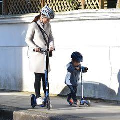 Pippa Middleton ist mit Söhnchen Arthur auf coolen City-Rollern in London unterwegs. Für den Ausflug wählt die werdende Mutter einen cremefarbenen Wollmantel von Harris Wharf, Sneaker von Jimmy Choo und eine Sonnenbrille von Ray Ban. Einen Helm tragen beide – sehr vorbildlich!Der wachsende Babybauch ist unter ihrem leicht aufgeknöpften Mantel gut zu erkennen – lange kann es nicht mehr dauern!