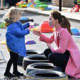 Ein kleines Mädchen zeigt der Herzogin einen Becher mit einer Flüssigkeit. Was das wohl genau ist? Man weiß es nicht. Sollte etwas daneben gehen, braucht sich Kate jedenfalls keine Gedanken um Flecken auf ihrer Kleidung zu machen. Das Motto ist: Ton in Ton.
