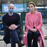 Es ist kein leichter Auftritt für Prinz William und Herzogin Catherine. Sie wissen genau: Die Augen der Weltöffentlichkeit sindnoch mehr als sonst auf die gerichtet. Dank des Mund-Nasen-Schutzes kann man ihre Gesichter zwar nicht gänzlich sehen.Der Rest zeigt:Gute Laune sieht anders aus.