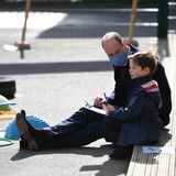 Prinz William spricht mit einem kleinen Jungen über seinen Schultag. Auch hier wirkt er angespannt. Den Ärger um seine Familie kann er nicht verbergen.