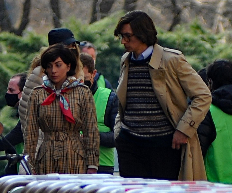"""Lady Gaga und Adam Driver werden bei den Dreharbeiten zum Kriminalfilm """"House of Gucci"""" abgelichtet.Das Foto zeigt die Schauspieler in schicken Retro-Looks. Es scheint, als sei das Duo direkt aus den 70er-Jahrenentsprungen."""