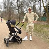 "Robert Lewandowski schiebt Töchterchen Laura im stylishen Cybex ""Priam"" durch den Park. Die Sonderedition ""Wings"" stammt aus der Feder von Designer Jeremy Scott."