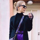 """Bei """"Let's Dance"""" ist Victoria Swarowski immer top gestylt, das ist kein Geheimnis. Dassihre Garderobeauch auf dem Weg dorthin on Point ist, zeigt dieser Schnappschuss, den sie auf Instagram veröffentlicht. Mit sexy Schnürboots und kurzer Hotpants des Luxuslabels Miu Miu präsentiert sie einen luxuriösen Reiselook, den man so nicht häufig zu Gesicht bekommt."""