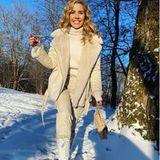 Von wegen beige und farblos - monochrome Looks in hellen Naturtönen sind wieder voll im Trend. Style-Profi Victoria Swarovski kombiniert zur warmen Lammfelljacke einen warmen Rollkragenpullover, Lederhose und ihre Luxustasche von Chanel als krönenden Abschluss.