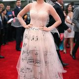 2014  Mit einerzarten Melodie am Leib schwebt Katy Petty über den roten Teppich. Das Kleid stammt von Valentino Couture.