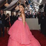 2015  Voluminöse Bonbon-Looks in Pink können nicht viele so schön tragen wie Rihanna diesen von Giambattista Valli.