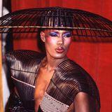 1983  Dass Musik-Ikone Grace Jones bei ihren Grammy-Auftritten immer wieder für ikonische Fashion-Momente sorgte, ist unbestritten. Der Couture-Käfig-Look ist aber bestimmt ihr bekanntester.