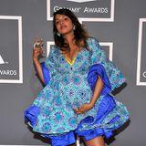 2009  Babydoll mit Babybauch: Sängerin M.I.A. präsentiert ihre süße Kugel bei den Grammys im auffällig gemusterten Dress. Und weil es für die Hochschwangere auf dem roten Teppich auch bequem sein soll, trägt sie farblich passende Sneaker.