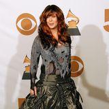 2008  Obwohl Chers Grammy-Look mit zerfetztem Kettenhemd und khakifarbenem, gerafftem Rock viele Fashionistas eher an kriegsähnliche Zustände erinnert haben mag,hat dieses spezielle Outfit so schnell niemandvergessen.