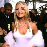 2000  Ein Hauch von Marilyn Monroe weht mit Britneys Spears' Grammy-Look in Weiß über den roten Teppich.