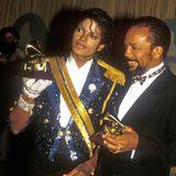 1984  Michael Jackson († 2009), hier an der Seite von Star-Produzent Quincy Jones,glänzte und glitzerte in seiner so bekannten Pailletten-Uniform mit den Grammys um die Wette.