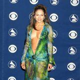2000  Wenn es nur ein Grammy-Outfit gäbe, an dassich jede:r erinnern kann, dann ist es dieses: Jennifer Lopez sorgte mit ihrem exotischen und ultratief ausgeschnittenen Chiffon-Look von Versace fürRiesenaufsehen.