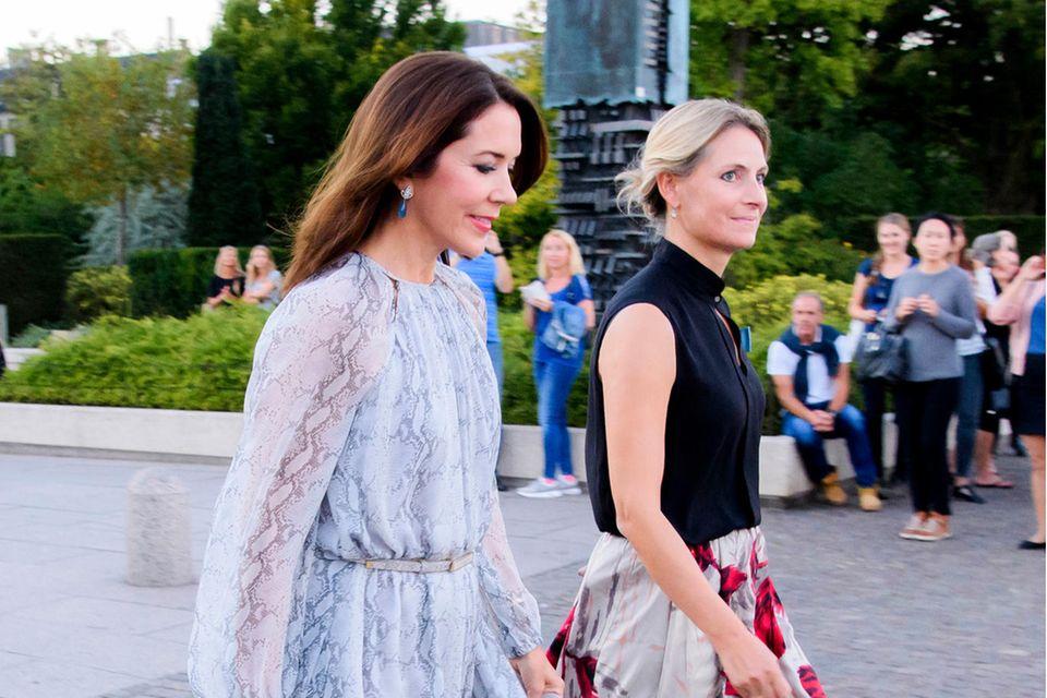 Prinzessin Mary und ihre (Noch-)PrivatsekretärinChristine Pii Hansen bei einem Termin im Jahr 2016.