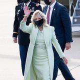 Grau und trist? Nicht mit Jill Biden! Die First Ladyist auf Heimatbesuch inWilmington und hat sich für diesen Trip füreinen farbenfrohen Look entschieden. Das blassgrüne Etuikleid mit passendem Mantel läutetnicht nur den Frühling ein. Es ist auch ein Beweis dafür, dass – entgegen aller modischen Vorurteile– auch Blondinen zu Pastellfarben greifen können.