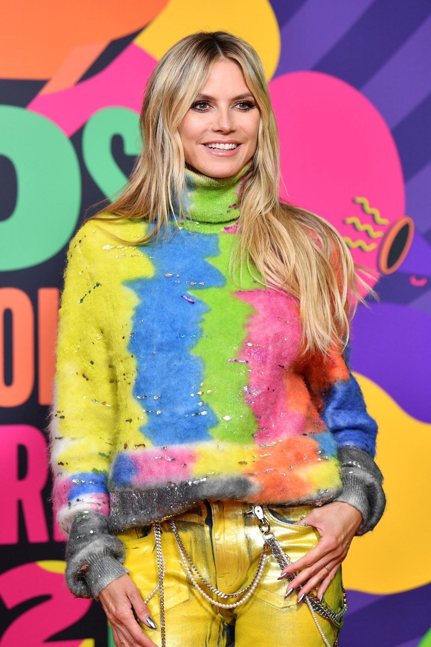 Passender könnte ein Outfit kaum sein: Für die bunten Kids' Choice Awards hat sich Heidi Klum einen ebenso farbenfrohen Look von Dolce&Gabbanaausgesucht.