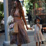 In Beverly Hills ist der Frühling bereits ausgebrochen – das beweisen die Looks von Chrissy Teigen und ihrer Tochter Luna. Während das Model zu einem sexy Ensemble von Zimmermann, bestehend aus Tellerrock und Bustier, greift, hat sich Luna für ein niedliches Kleidchen mit passenden Glitzerballerinas entschieden. Was für ein stylisches Mutter-Tochter-Duo!