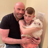 Familienzuwachs im Hause Travolta: John und Ben halten ganz stolz die kuschelige Crystal im Arm.