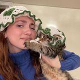 Ob der gehäkelte Partnerlook mit der süßen Dolly eine so gute Idee war, bezweifelt Katzenmama Maude Apatow mittlerweile selber.