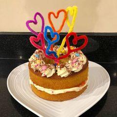 Prinz George, Prinzessin Charlotte und der Jüngste, Prinz Louis haben für ihre Mama diese lecker Torte gebacken. Sicherlich mit ein wenig Hilfe von Papa William.