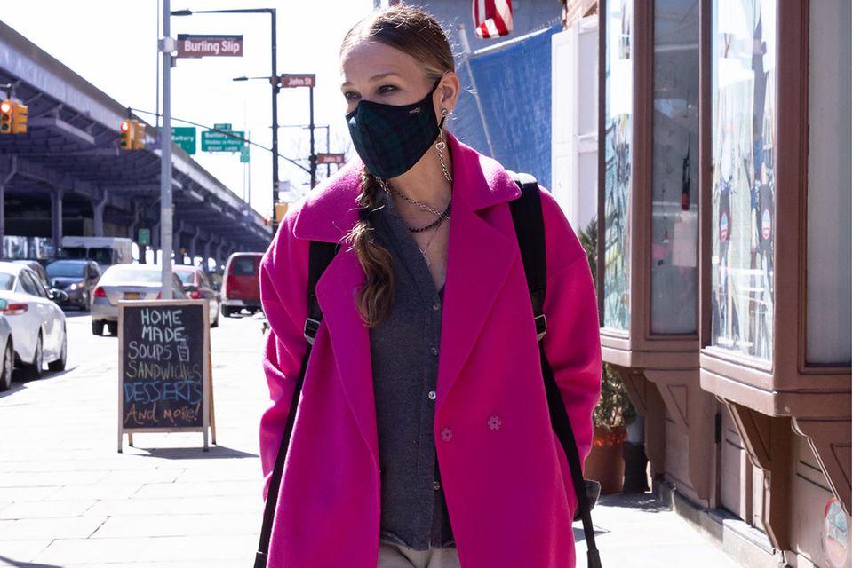 Ob in ihrer Rolle als Carrie Bradshaw oder mit ihrem neuen Schuhlabel - Sarah Jessica Parker löst regelmäßig neue Schuh-Hypes aus. Aber auch eine Schuhgöttin kann einmal daneben liegen. Das nach Donna Tartt benannte Schuhmodell ihrer eigenen Schuhkollektion mit Blogabsatz und großer Schnalle lässt Sarah Jessicas Look altbacken wirken.
