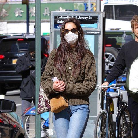 Olivgrüner Pulli, Jeans, schwarze Boots und beigefarbene Wildledertasche: Katie Holmes setzt beim Spaziergang in New York auf einen simplen Alltagslook, der aber einfach nie aus der Mode kommt.