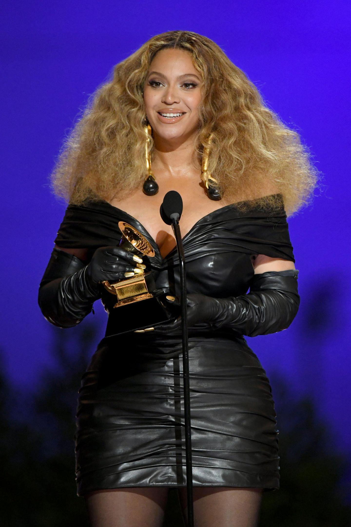 Abräumerin des Abends war Beyoncé, die mit ihrem 28. Grammy-Gewinn in die Geschichte eingeht. Und auch für ihr enganliegendes Lederkleid mit passenden Handschuhen von Schiaparelli hätte die Sängerin eigentlich einen Preis verdient.