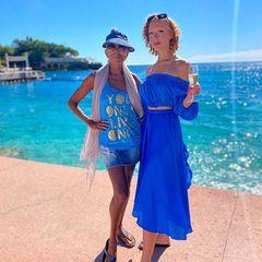 Rund 18 Jahre später und einige (!) Zentimeter größer posiert Anna erneut neben ihrer Mutter und es fällt auf, wie erwachsen und hübsch Anna geworden ist. Doch einem Detail ist das Modelbis heute treu geblieben: der Farbe Blau. Die steht dem Model aber auch ausgezeichnet gut.