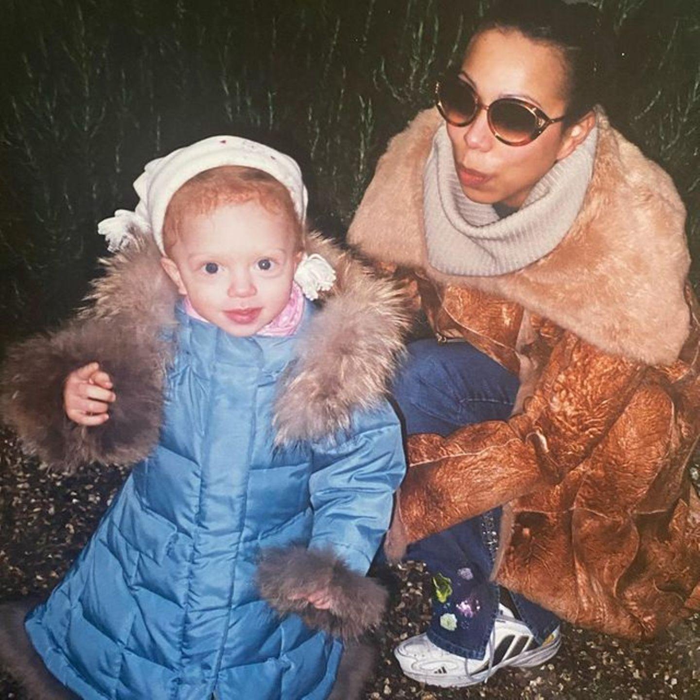 Kamera-affin schienAnna Ermakova schon damals gewesen zu sein: Anlässlich des britischen Muttertags, postet die heute 20-Jährige ein süßes Throwback-Foto zusammen mit Mama Angela auf ihrem Instagram-Account. Denroyalblauen Wintermantel und einesüßeMütze in Beige hat sie auf dem zweiten Foto kurzerhand gegen ein sommerliches Outfit eingetauscht.