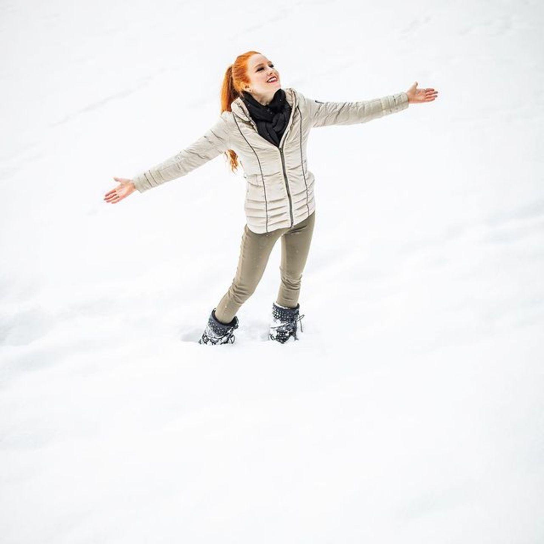 Der Frühling steht vor der Tür, da überrascht Barbara Meier mit einem imposanten Schnee-Schnappschuss aus ihrer Wahlheimat Österreich. Knöcheltief wandert das Model durch dieweißeLandschaft und erfreut sich an der Winterpracht.