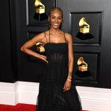 """""""Song of the Year""""-Gewinnern Tiara Thomas begeistert nicht nur durch ihren emtionalen Song """"I Cant' Breathe"""", sondern auch mit ihrem schwarzen BCBGMaxazria-Kleid."""
