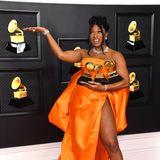 Ein Look, der nicht zu übersehen ist. Rapperin Megan Thee Stallion, die sich über drei Grammys freuen durfte, strahlt mit ihrem knalligen Kleid von Dolce & Gabanna um die Wette. Ihr Schmuck ist von Choppard.