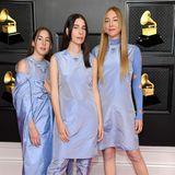 Die drei Schwestern von Haim zeigen sich in abgestimmten Looks von Prada.
