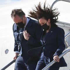 Huch, so hatte sich Kamala Harris ihre Ankunft in Los Angeles wohl nicht vorgestellt. In einem dunkelblauen Zweiteiler gekleidet, verlässt die Vizepräsidentin ihren Jet und wird direkt von einer Windböe gepackt. Zum Glück ist ihr Ehemann direkt an ihrer Seite um sie zu stützen. Was für ein witziges Foto!